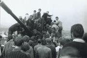 Nad Baldovským mostom v Brezne. August 1968.
