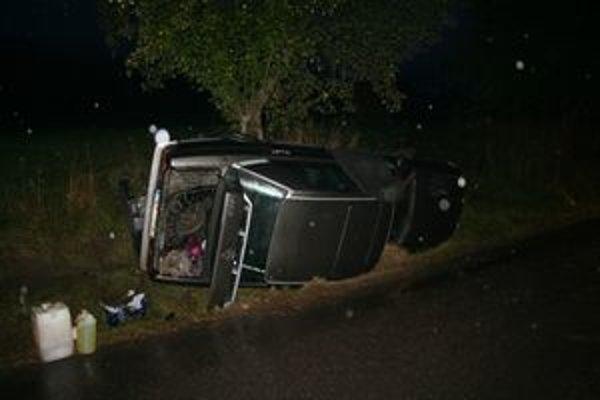 """Medzi Osádkou a Malatinou sa """"vyvalil"""" starý strieborný Mercedes. Jeho vodič pravdepodobne z miesta nehody ušiel."""
