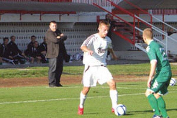 Ján Mikloška (v pozadí) sleduje svojich zverencov.