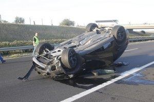 Prevrátené Varholíkovej BMW po havárii.