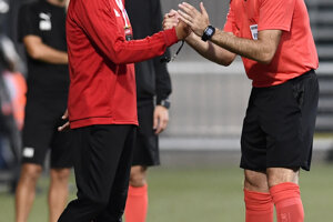 Trenčiansky tréner Ricardo Moniz diskutuje s hlavným rozhodcom.