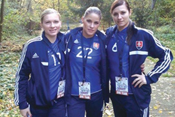Klaudia Michnová (v strede) so svojimi kolegyňami z reprezentácie Slovenska.