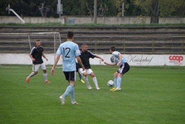 Pavol Baláž (vzadu v tmavom) otvoril gólový účet stretnutia Topoľčany - Slovan jun.