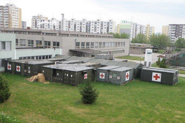 Mobilné operačné jednotky v areáli nemocnice.