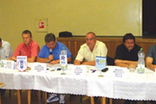 Zľava: Jozef Ladický (člen Výkonného výboru), Bohumil Košecký (predseda Revíznej komisie), Juraj Soboňa (podpredseda ObFZ Topoľčany), Pavol Šípoš (predseda ObFZ Topoľčany), Miroslav Makový (člen Výkonného výboru) a Marek Mokoš (člen Výkonného výboru).