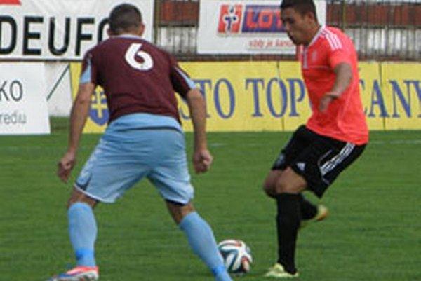 Dávid Bádinský (vpravo) strelil prvý gól, pri druhom nastrelil hráča hostí, ktorý dopravil loptu do vlastnej siete.