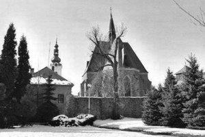 Klatovský farský kostol  s mestskými hradbami  a v pozadí s Bielou vežou v zime.
