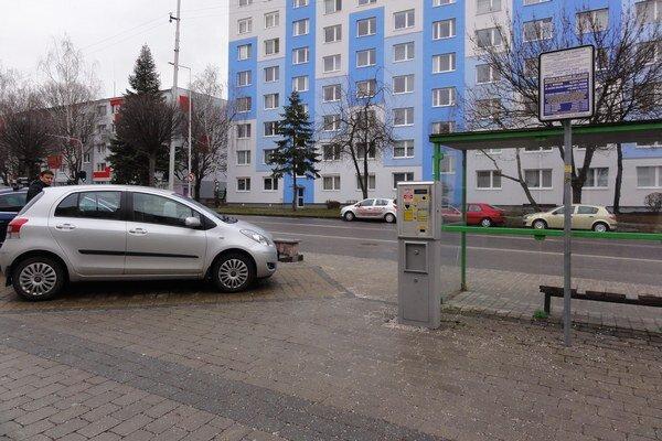 Skrátenie doby plateného parkovania medzi poslancami neprešlo.