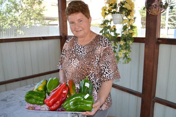 Humenčanka Kvetoslava Polovková s mega paprikami.