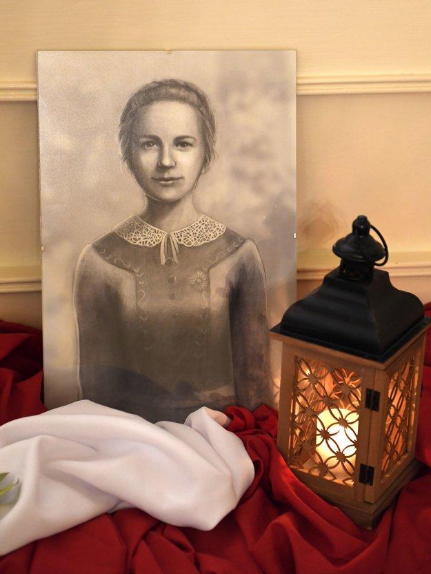 Portrét Anny Kolesárovej vystavený na tlačovej konferencii Košickej arcidiecézy.
