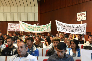 Protestujúci žiaci sečovskej školy na zastupiteľstve.