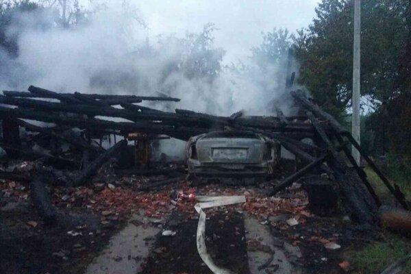 Stodola zhorela aj so zaparkovaným autom.