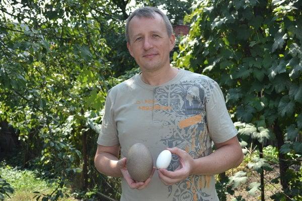 Vedec Martin Kundrát s vajcom pštrosovitého vtáka a krokodíla nílskeho. Emu potrebuje na vyliahnutie minimálne 50 dní, krokodíl až 90 dní.