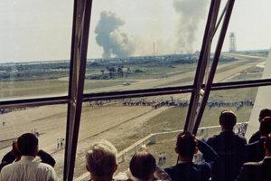 Personál NASA sleduje štart rakety Saturn V z Kennedyho vesmírneho strediska.