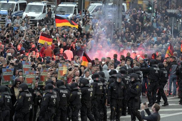 Neonacisti zapaľujú dymovnice počas demonštrácie krajnej pravice v nemeckom meste Chemnitz.