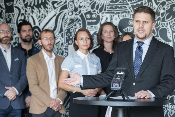 Kandidát na starostu mestskej časti Petržalka Ján Hrčka (vpravo v popredí) počas brífingu politických strán SaS, NOVA, KDH, OKS a SME o dohode s iniciatívou nezávislých poslancov PRE Petržalku o kandidátovi na starostu Petržalky.