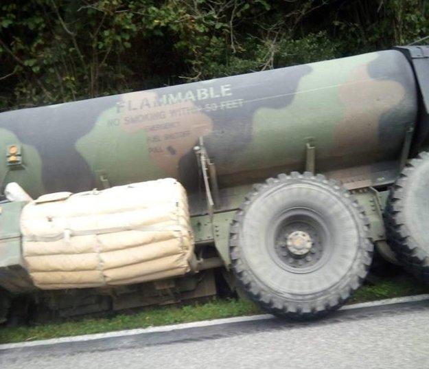 Americká cisterna mimo cesty pred Podbielom.