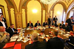 Prezident Andrej Kiska, predseda Národnej rady Andrej Danko a predseda vlády Peter Pellegrini počas diskusie o dotyku fašizmu so štátnou mocou a samosprávou.