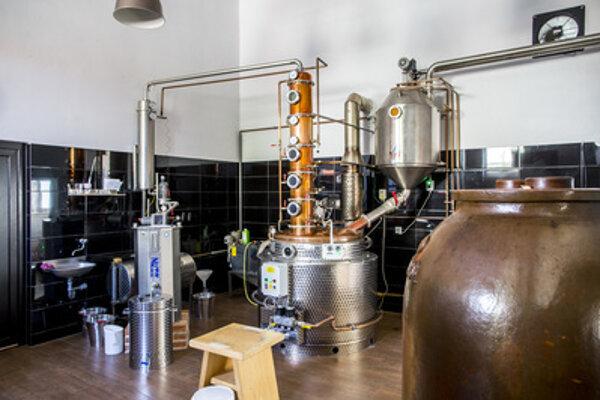Destilačné zariadenie na výrobu pálenky z dopestovaného ovocia stojí tisícky eur.