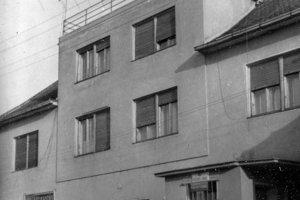 Fotografia je zroku 1961 azachytáva poštový úrad vo Veľkých Ripňanoch, ktorý bol zriadený vHeuerovom dome.