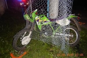 Motorka skončila v plote. Ani jeden z mladíkov nemal na hlave prilbu, vodič nevlastní vodičský preukaz.