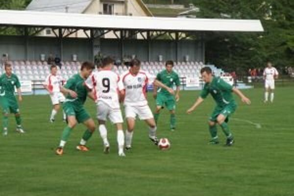Hrajúci tréner Domaniže Svoboda (tretí sprava v bielom) v súboji s obranou Skalice.