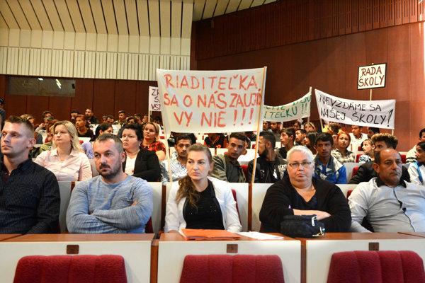 Asi 50-členná delegácia zo Sečoviec v Košiciach. Zástupkyňa riaditeľky Tatiana Hruščáková vpredu v strede, vedľa nej aktivistka Monika Kozelová.