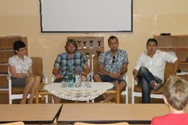 Zľava riaditeľka ZŠ Gogoľova Soňa Kytnárová, učiteľ a tréner Jozef Zajac, futbalista Peter Doležaj a poslanec Mestského zastupiteľstva Juraj Želiska.
