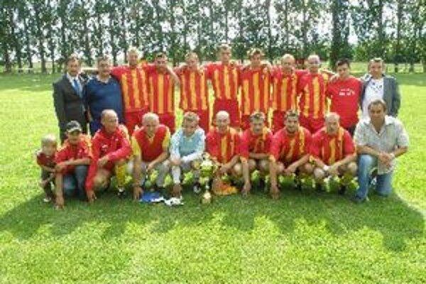 OFK Krtovce s pohárom pre víťazov.