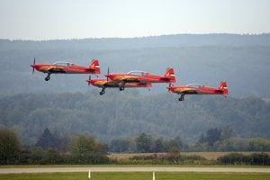 Akrobatická skupina Royal Jordanian Falcons z Jordánska počas letovej ukážky.