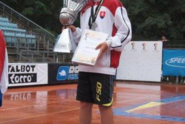 Adam Kakula s víťaznou trofejou.
