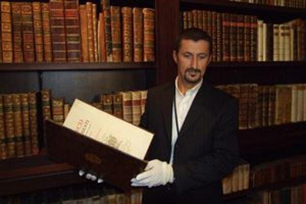 Peter Králik, kustód knižnice. Históriu Apponyiovcov pozná od základu.