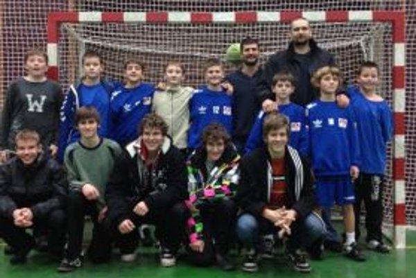 Spoločná fotka F. Šulca ml. a M. Meluša so žiakmi Topoľčian.