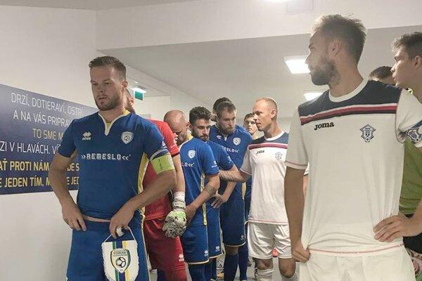 Kapitán Lukáš Pellegrini vedie svojich spoluhráčov na zápas proti Dubnici.