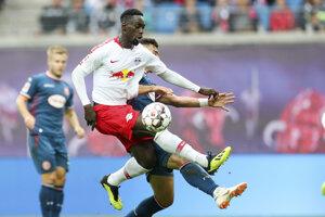 Hráč Lipska Jean-Kevin Augustin si kryje loptu pred Kaanom Aymanom.