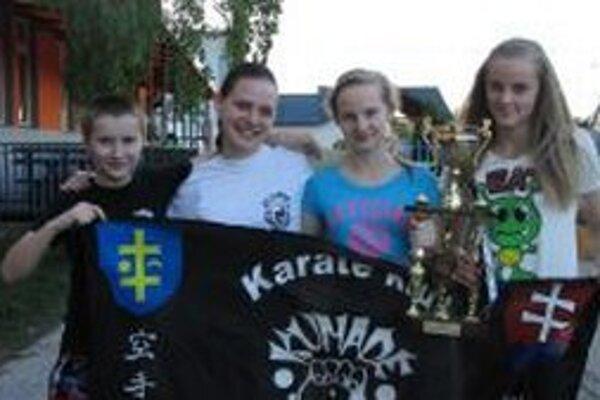 Kumaďáci s trofejou.