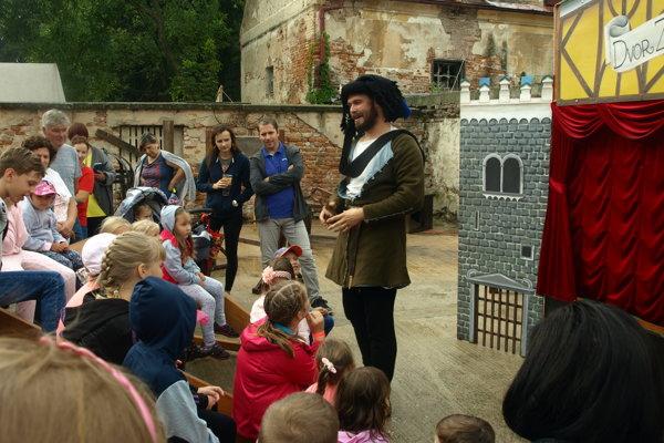 Pre deti bolo pripravené divadelné predstavenie.