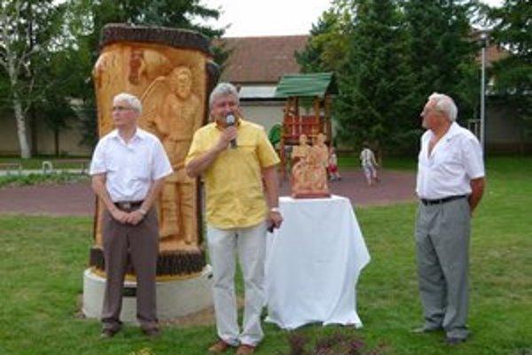 Súsošie vyrezal Peter Švorc (vpravo) zo storočnej lipy.