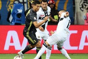 Cristiano Ronaldo v súboji s Antoninom Barillom (v strede) a Massimom Gobbim z Parmy.