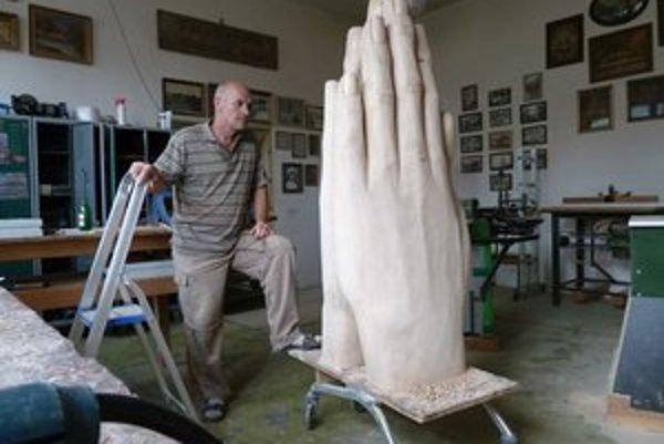Najnáročnejšie bolo vyrezať dutinu medzi rukami.