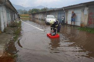 Na miesto privolali hasičov, ktorí pomohli s odstránením vody aj z jednej z jám v garáži.