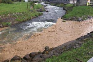 Potôčik od Ploštína a Iľanova sa zmenil na hnedý potok. Voda zmyla polia.