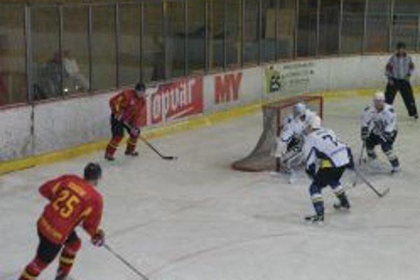 Topoľčianski hokejisti neprehrali už päť zápasov.