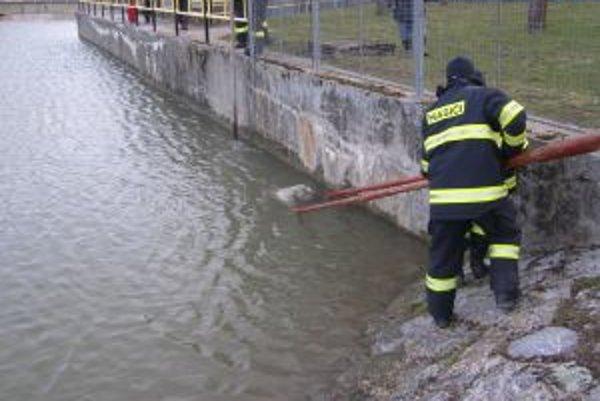 Nezvestného muža hľadali ešte v marci aj kynológovia popri brehoch rieky Nitra. Telo však doplávalo až do Jelšoviec, kde ho napokon vytiahli hasiči.