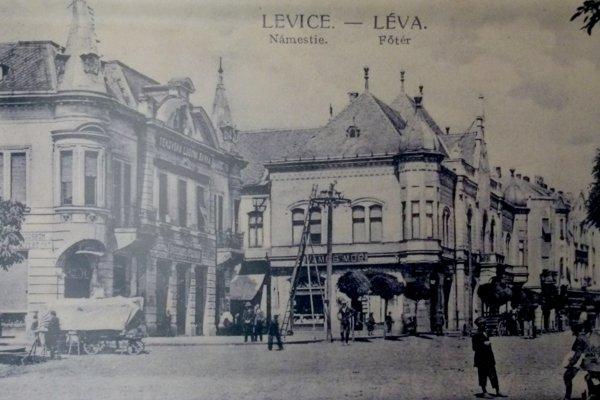 Námestie v Leviciach a budova radnice ešte pred nadstavbou.