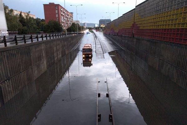 Zatopený podjazd na Bajkalskej ulici.