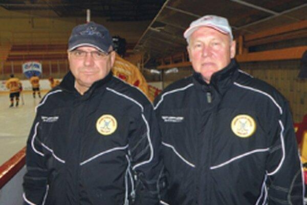 Djulnear Saliji (vľavo) zostáva trénerom juniorov a bude pôsobiť aj ako asistent pri tíme seniorov. Marián Brusil (vpravo) je novým hlavným trénerom topoľčianskych mužov.