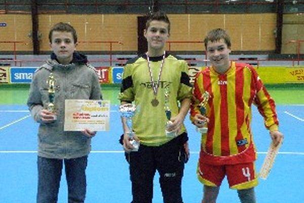 Zľava najlepší strelec turnaja Marek Magáth (Koniarovce), v strede najlepší brankár Ľuboš Košút (Prašice) a najlepší hráč Matúš Belanec (Krtovce).