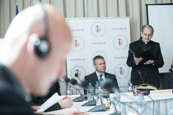 Premiér Peter Pellegrini na stretnutí s biskupmi.