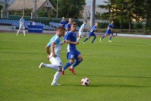Dubničan Nečas (v modrom) si pripísal úvodnú gólovú asistenciu.